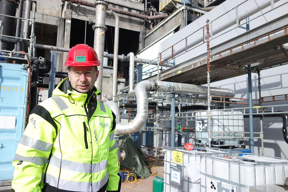 Egil Solheim ved testanlegget for CO2-fangst i Brevik